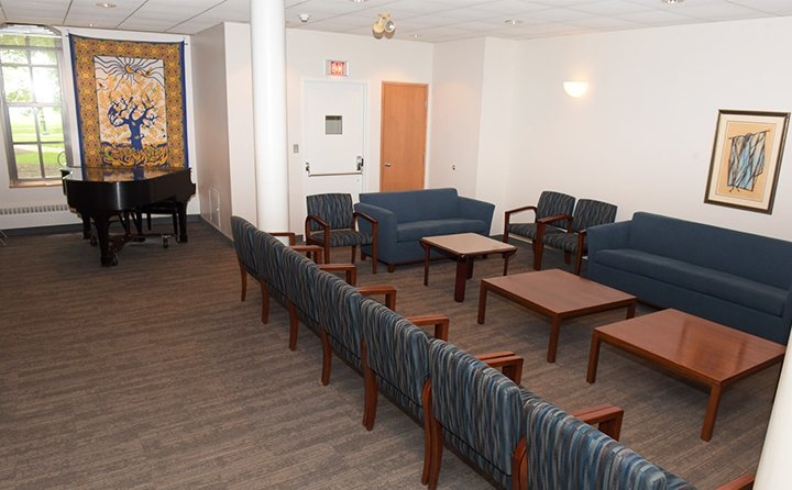 Roehm Lounge is a multi-use space available for groups, classes and individuals to meet.