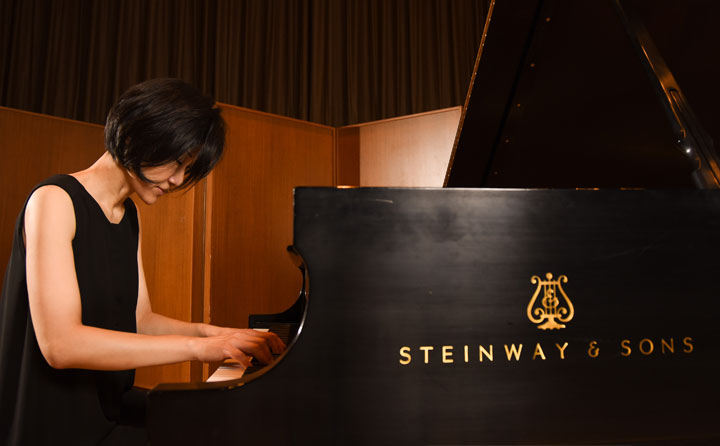 Photo of Sungeun Kim playing Steinway