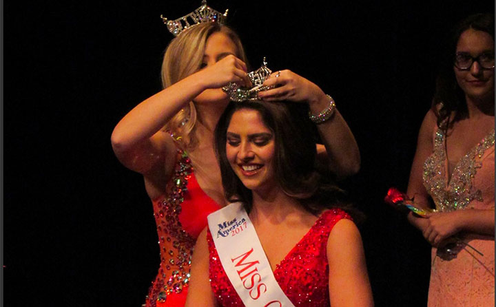 Carter being crowned Miss Greater Cleveland
